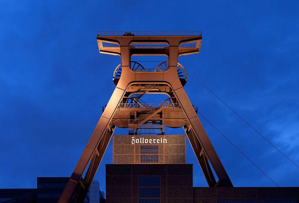 1200px-Zeche_Zollverein_abends